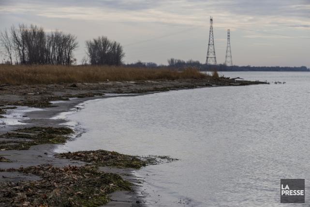 Un déversement important des eaux usées dans le fleuve Saint-Laurent de plus de... (Archives La Presse)