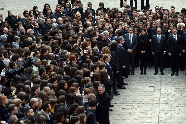 Le président Hollande et des milliers de Français... (PHOTO STEPHANE DE SAKUTIN, AFP)