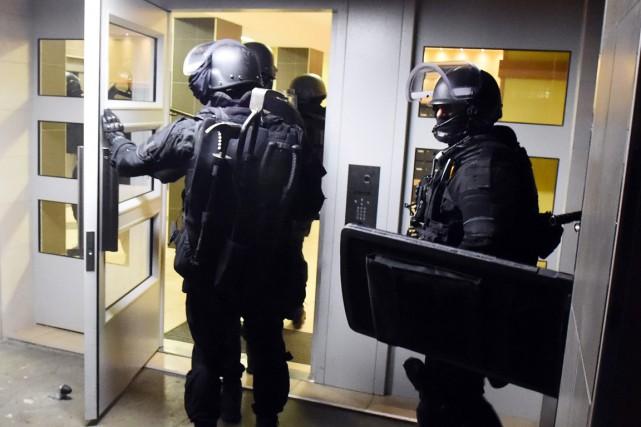 Des membres de la police antiterroriste française entrent... (PHOTO AP)