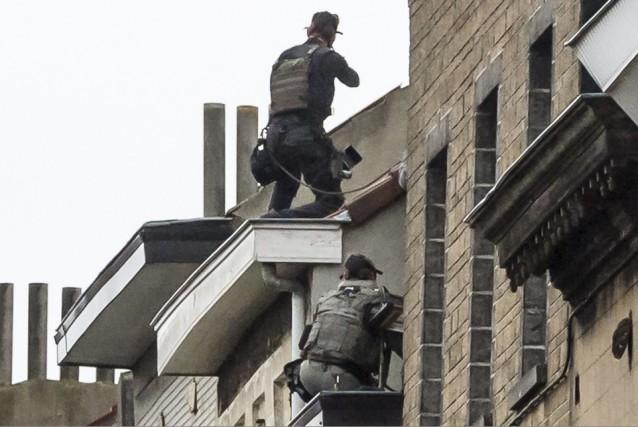 En banlieue de Bruxelles, les forces spéciales d'intervention... (AP, Geert Vanden Wijngaer)