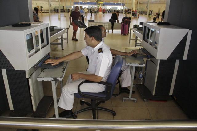 Des préposés à la sécurité effectuent des vérifications... (PHOTO AHMED ABD EL-LATIF, ARCHIVES AP)