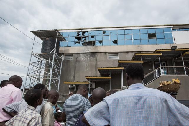 Des résidants deBujumbura observent les dégâts causés par... (PHOTO SARAH FLUCK, ARCHIVES AFP)