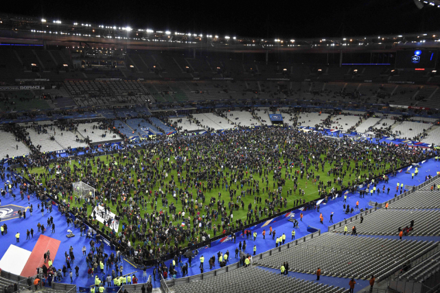Les spectateurs qui assistaient au match de soccer... (Photo Franck Fife, AFP)