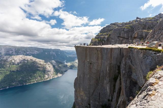 Les plus aventureux s'assoient sur le bord de... (PHOTO THINKSTOCK)