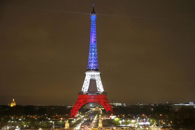 La Tour Eiffel, fermée depuis les attentats de vendredi, a rouvert lundi et est... (PHOTO REUTERS)