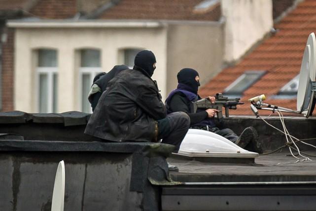 Des membres des forces spéciales montent la garde... (PHOTO DIRK WAEM, AFP)