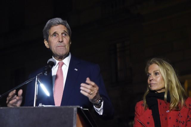 Le secrétaire d'État américain John Kerry et l'ambassadrice... (PHOTO DOMINIQUE FAGET, AFP)