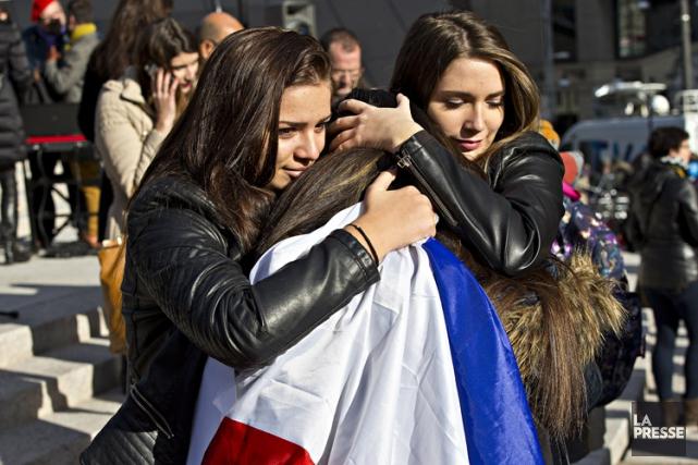 Un rassemblement de solidarité avec la France a... (PHOTO PATRICK SANFAÇON, LA PRESSE)