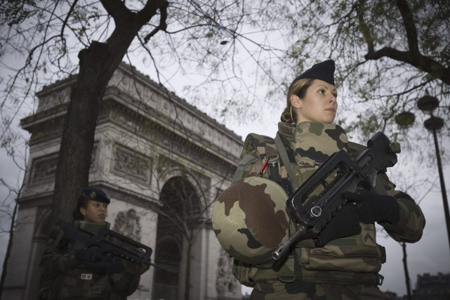 Des soldats français appliquent le plan Vigipirate, un... (Photo Agence France-Presse)