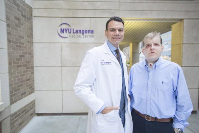 Patrick Hardison aux côtés du docteurEduardo Rodriguez.... (PHOTO REUTERS)