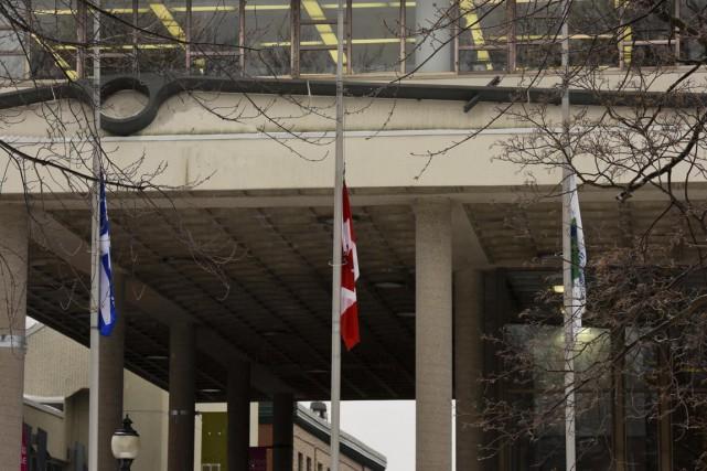 Les drapeaux de l'hôtel de ville de Trois-Rivières... (François Gervais)