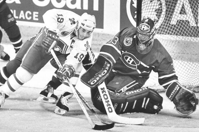 Le capitaine des Nordiques Joe Sakic met à... (Photothèque Le Soleil, Patrice Laroche)