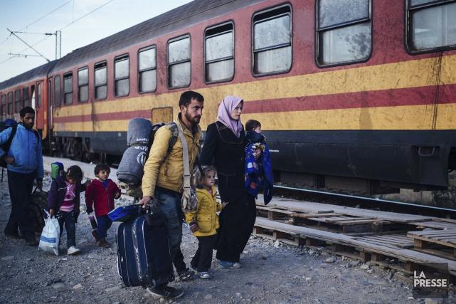 Une famille, ainsi que d'autres migrants et réfugiés,... (AFP, Dimitar Dilkoff)