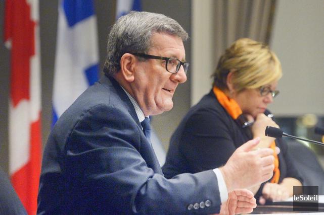 Accompagné de la conseillère municipale de Limoilou, Suzanne... (Le Soleil, Jean-Marie Villeneuve)