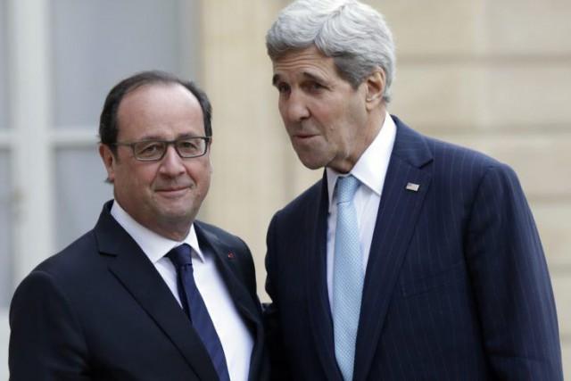 Francois Hollande et John Kerry.... (PHOTO PHILIPPE WOJAZER, REUTERS)