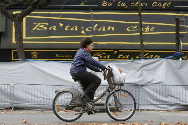 Une cycliste passe devant le Bataclan, le 17... (PHOTO CHRISTIAN HARTMANN, REUTERS)