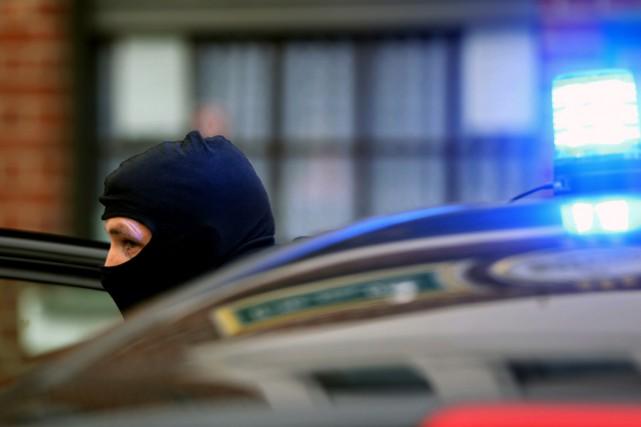 Un policier cagoulé arrive à Alsdorf, en banlieue... (PHOTO OLIVER BERG, DPA/AFP)
