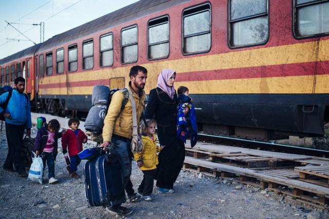 Une famille de réfugiés s'apprête à embarquer à... (PHOTO DIMITAR DILKOFF, ARCHIVES AFP)