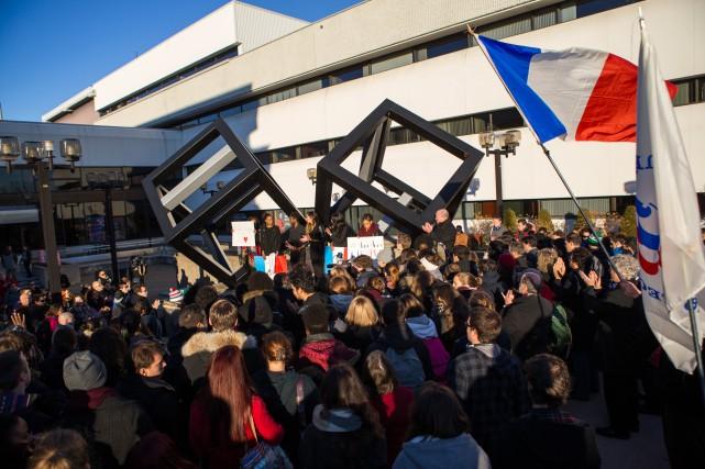 Environ 200 personnes ont participé à un rassemblement... (PHOTO: OLIVIER CROTEAU)