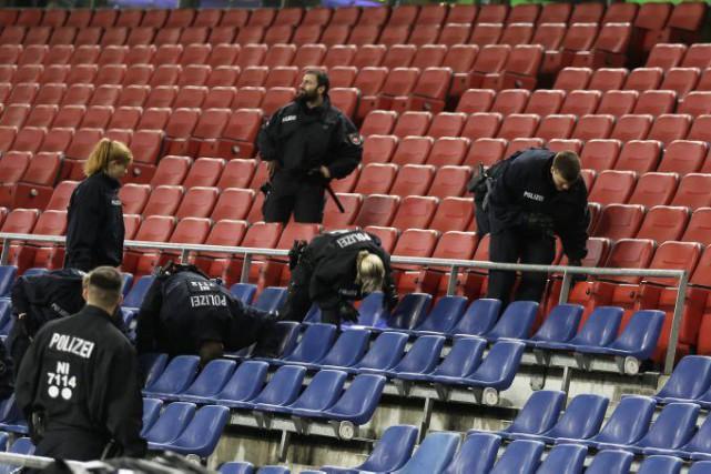 Des policiers ont fouillé le stade de Hanovre... (Markus Schreiber, AP)
