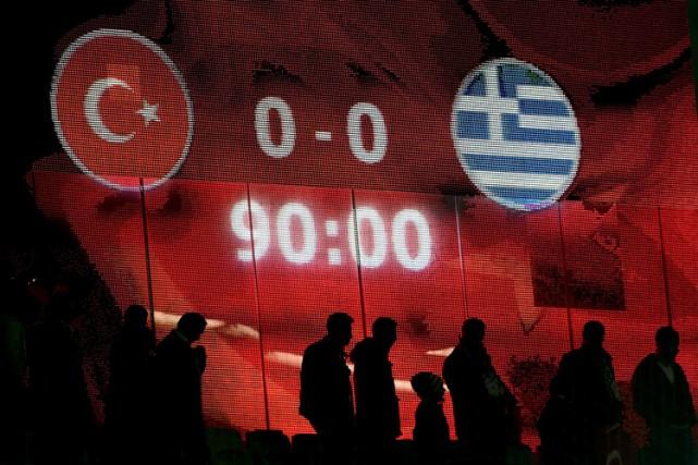 Des supporteurs turcs ont crié «Allah Akhbar» (Dieu est grand) et ont sifflé... (PHOTO AFP)