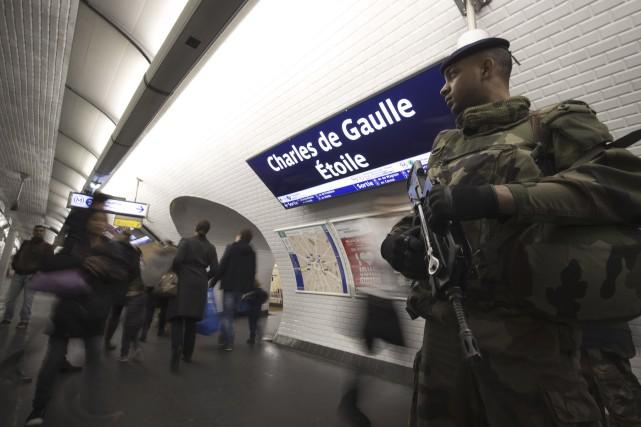 Un soldat français patrouille le métro de Paris,... (AFP, Joël Saget)