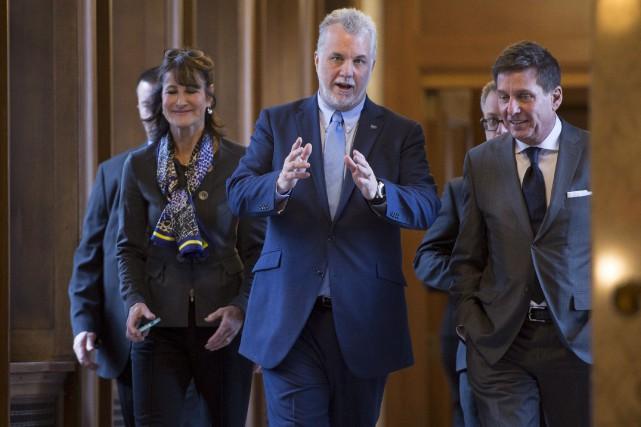 Le premier ministre Philippe Couillard, accompagné des ministres... (PC, Jacques Boissinot)