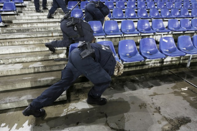 Des policiers allemands cherchent un objet suspect dans... (AP, Markus Schreiber)