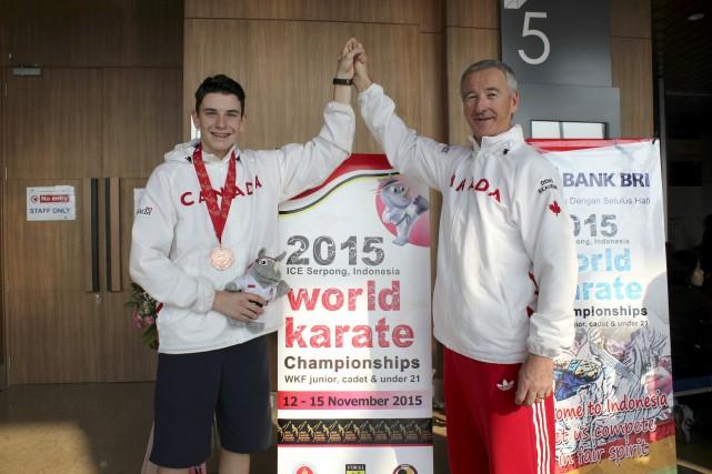 Le médaillé de bronze Maxym-Olivier Rivest en compagnie... (Courtoisie)