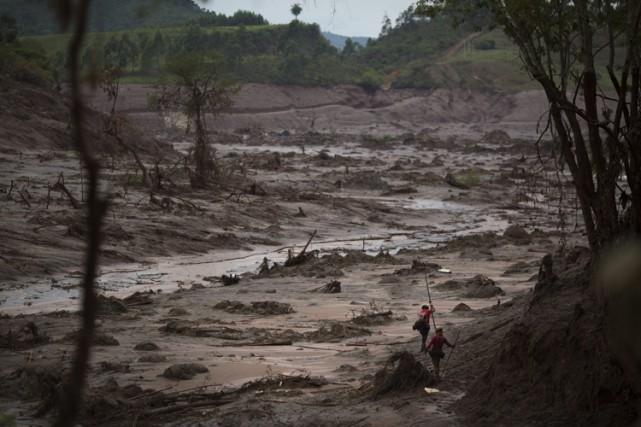 L'état d'urgence facilite la mobilisation de sauveteurs sur... (PHOTO AP)