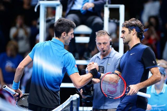 Roger Federer (à droite) s'est illustré contre Novak... (AFP, Glyn Kirk)