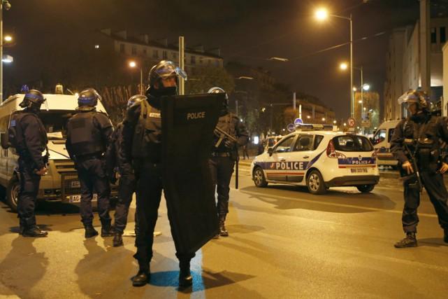 L'unité d'élite de la police française échange des... (PHOTO AP)