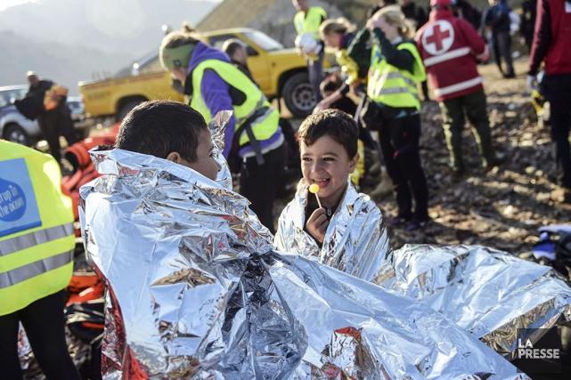Des réfugiés syriens sur l'île de Lesbos en... (AFP, Bulent Kilic)