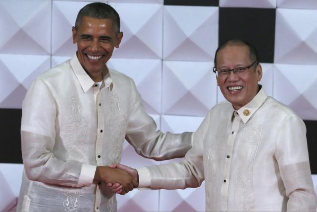 Le président américain Barack Obama (à gauche) serre... (AP, Bullit Marquez)