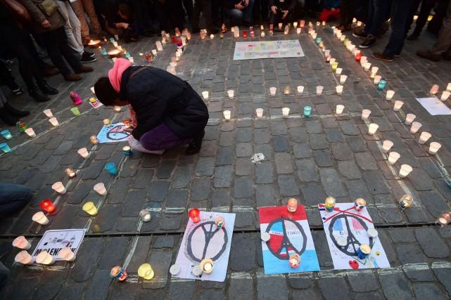Sur la place de Molenbeek où les gens... (PHOTO EMMANUEL DUNAND, AFP)