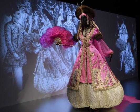 L'exposition nous plongedans une collection de robes impressionnantes,... (AFP, Don Emmert)