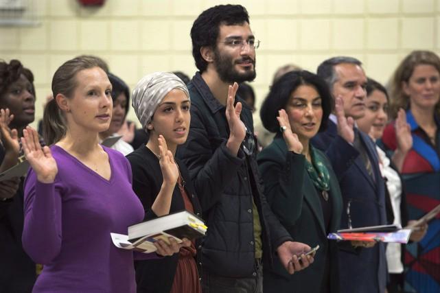 De nouveaux citoyens canadiens prêtant serment... (La Presse Canadienne, Andrew Vaughan)