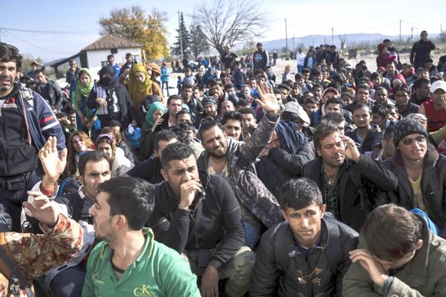 Des migrants et des réfugiés attendent pour entrer... (AFP, Dimitar Dilkoff)