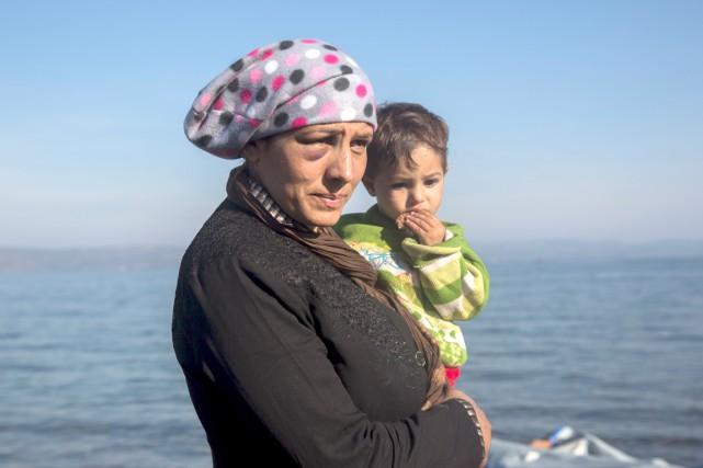 Une réfugiée et son fils, sur l'île de... (AP, Santi Palacios)