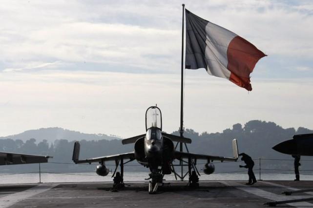 Les chasseurs français ont largué «une soixantaine de... (AP)