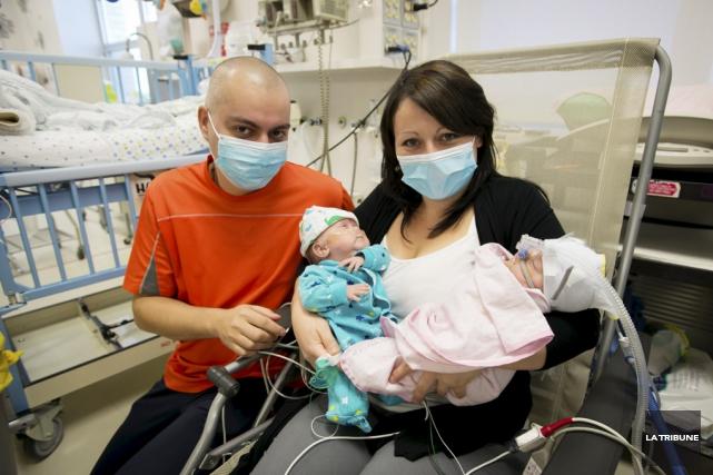Aujourd'hui, quatorze semaines après l'accouchement par césarienne, Louis... (photo La Tribune)
