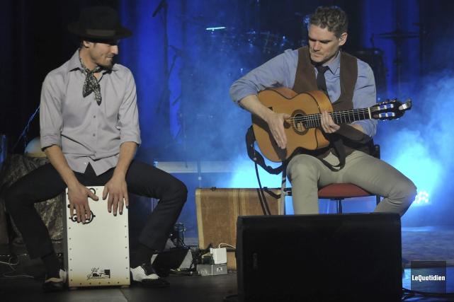 Tout au long du concert, Jesse Cook s'offrait... (Photo Le Quotidien, Rocket Lavoie)