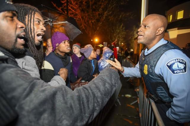 Des protestataires argumentent avec un policier lors d'une... (PHOTO CRAIG LASSIG, REUTERS)
