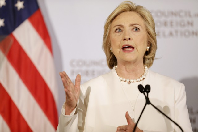 Hillary Clinton s'exprimait devant le centre de réflexion... (PHOTO SETH WENIG, AP)