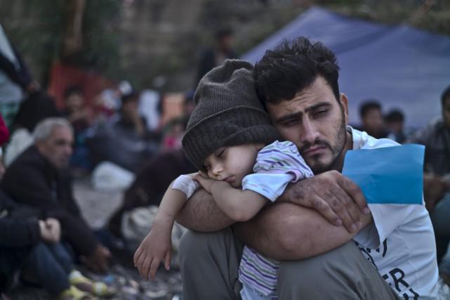 Un Syrien tombe de fatigue avec son fils,... (Photo Muhammed Muheisen, AP)