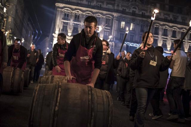 Des tonneaux de vin ont été roulés sur... (AFP, Jean-Philippe Ksiazek)