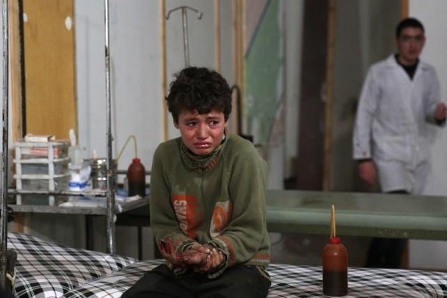 Ce jeune garçon, blessé par un raid aérien... (Photo ABD DOUMANY, AFP)