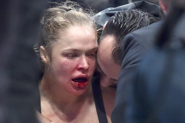 Ronda Rousey a subi dimanche une première défaite... (AFP, Paul Crock)