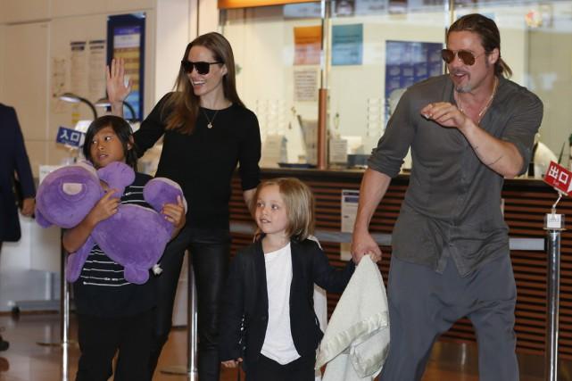 Les Jolie-Pitt et deux de leurs enfants, sortant... (Photo Shizuo Kambayashi, archives AP)