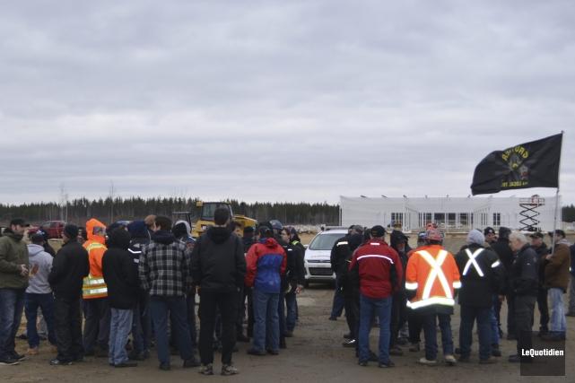 Une cinquantaine de travailleurs de la construction de... (Photo Le Quotidien, Louis Potvin)